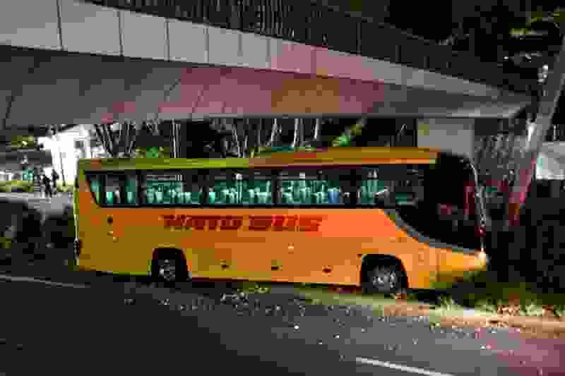 はとバス追突、ハイヤー運転手が下敷きになり死亡12/4(水)22:08配信?a=20191204-12041058-nksports-soci4日夕方、東京都新宿区でツアー運行中の「はとバス」の観光バスが信号待ちで停車中のハイヤーに追突し、そのまま乗り上げた